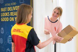 Online-bestelde-kleding-passen-in-een-DHL-paskamer_close-up